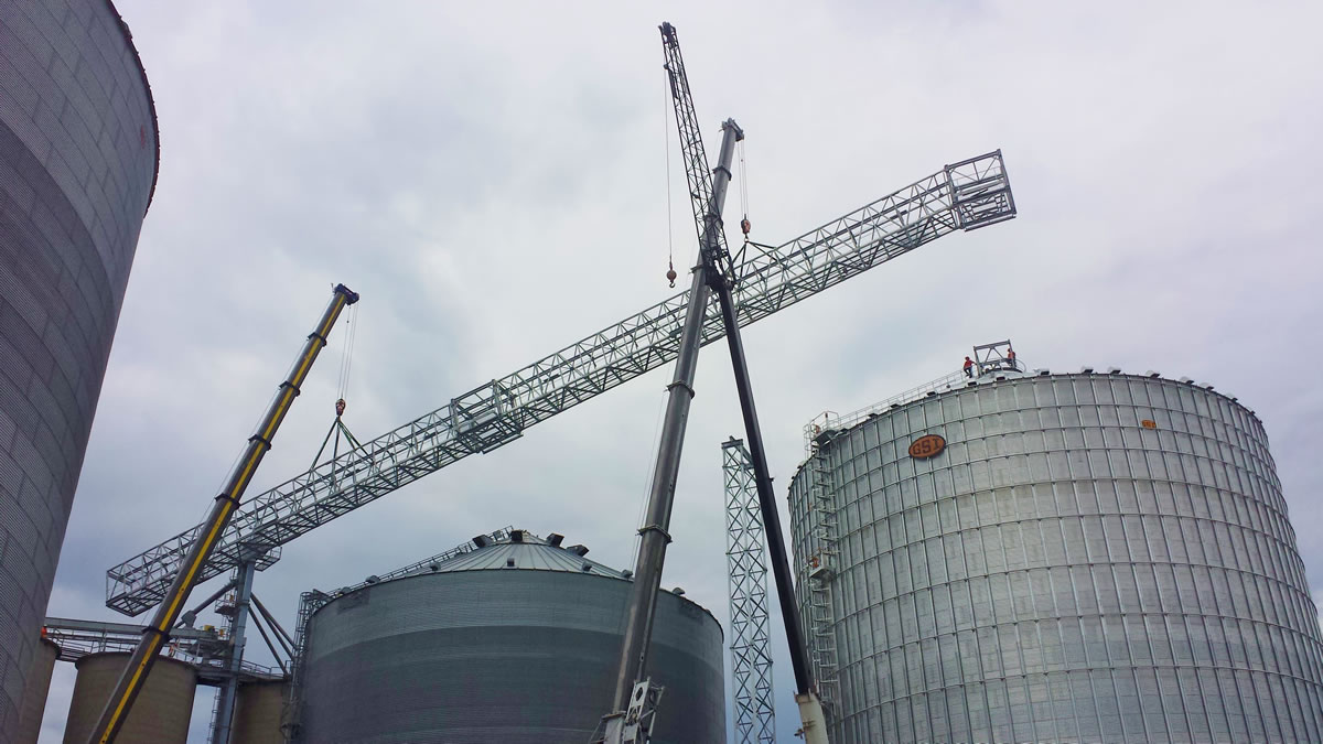 two 275 hydraulic cranes join forces to hoist a bridge truss