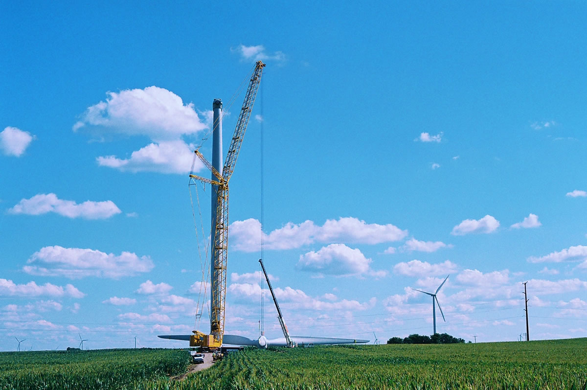 60 ton hydraulic crane tailing a blade assembling with a 440 ton crawler at wind farm